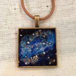 レジンアクセで人気な宇宙塗りシリーズのネックレスをご紹介!