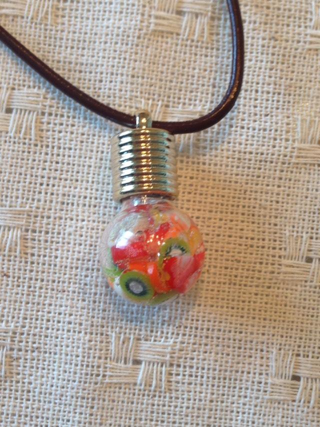 電球型モチーフのレジンネックレス作品のページ